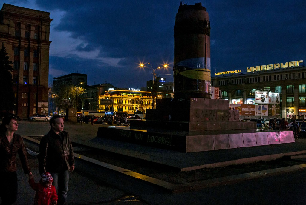 A toppled Lenin monument in central Dnipropetrovsk became a memorial for protesters who died during clashes with the police. Credit Mauricio Lima for The New York Times